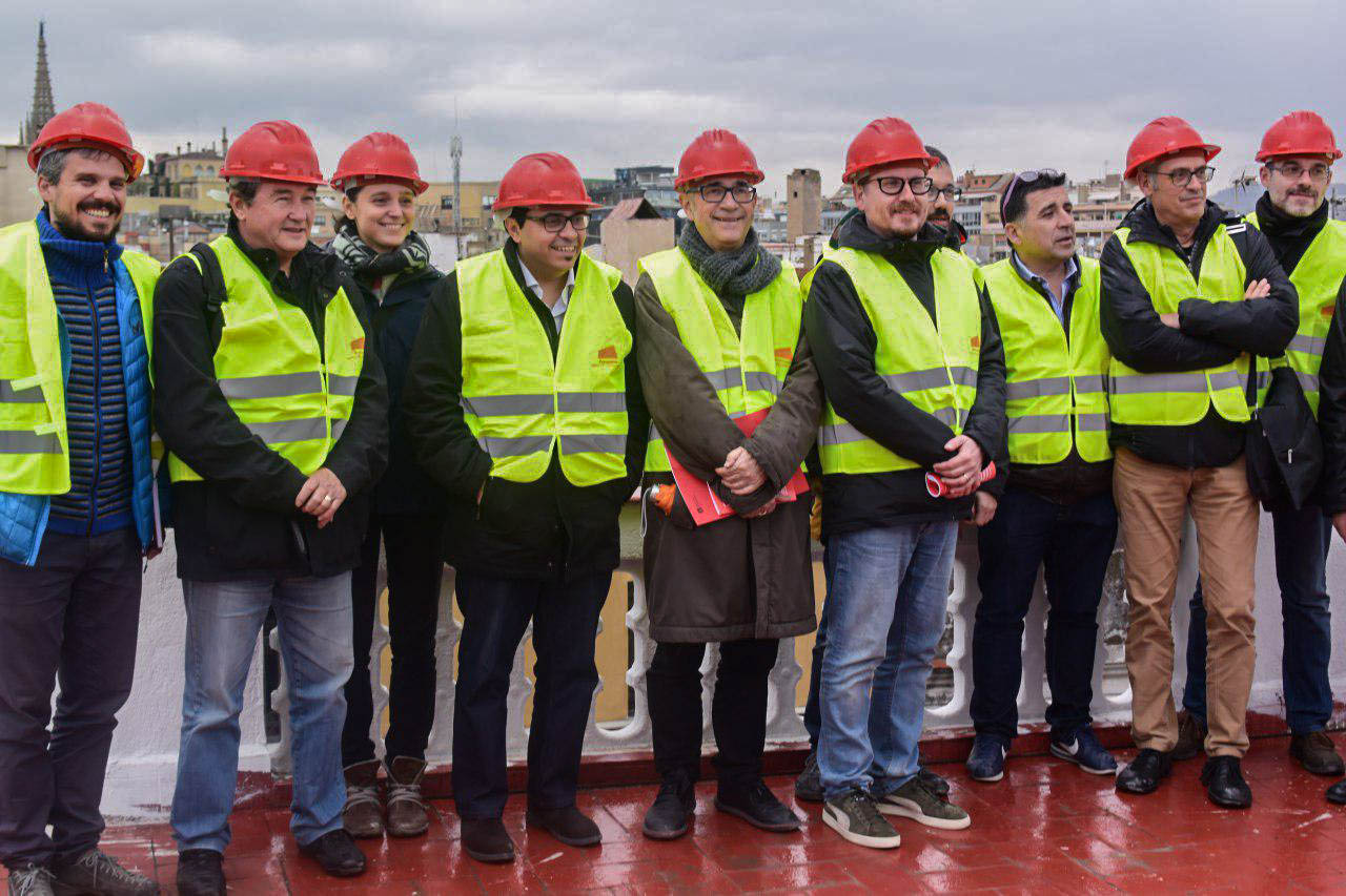 Promotors i polítics al terrat de l'edifici restaurat foto: Tomeu Ferrer