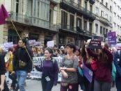 Manifestants amb eldavantal de superwoman foto: Tomeu Ferrer