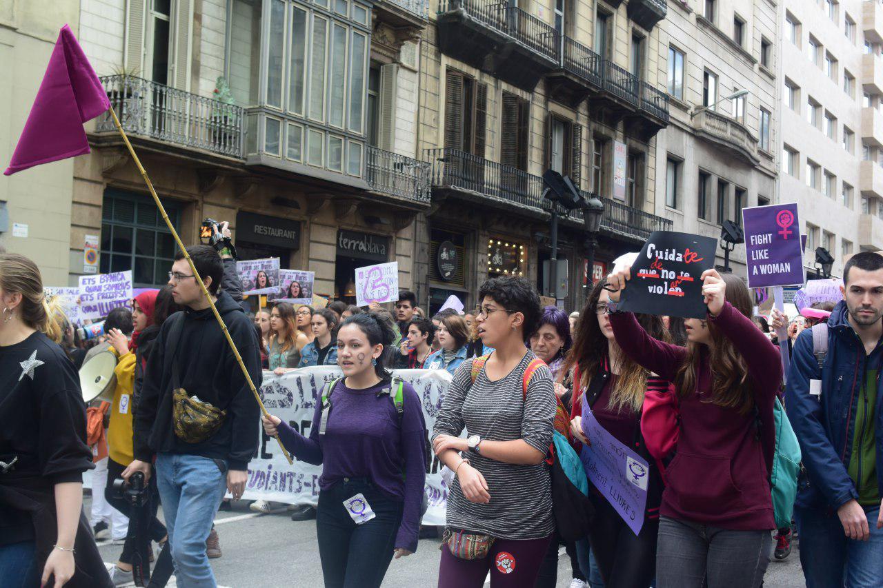 Milers de joves i estudiants omplen Via Laietana de radicalitat i de crits feministes