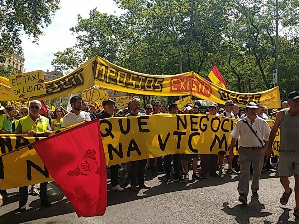 Taxistes concentrats abans de la manifestació a Barcelona foto: Tomeu Ferrer