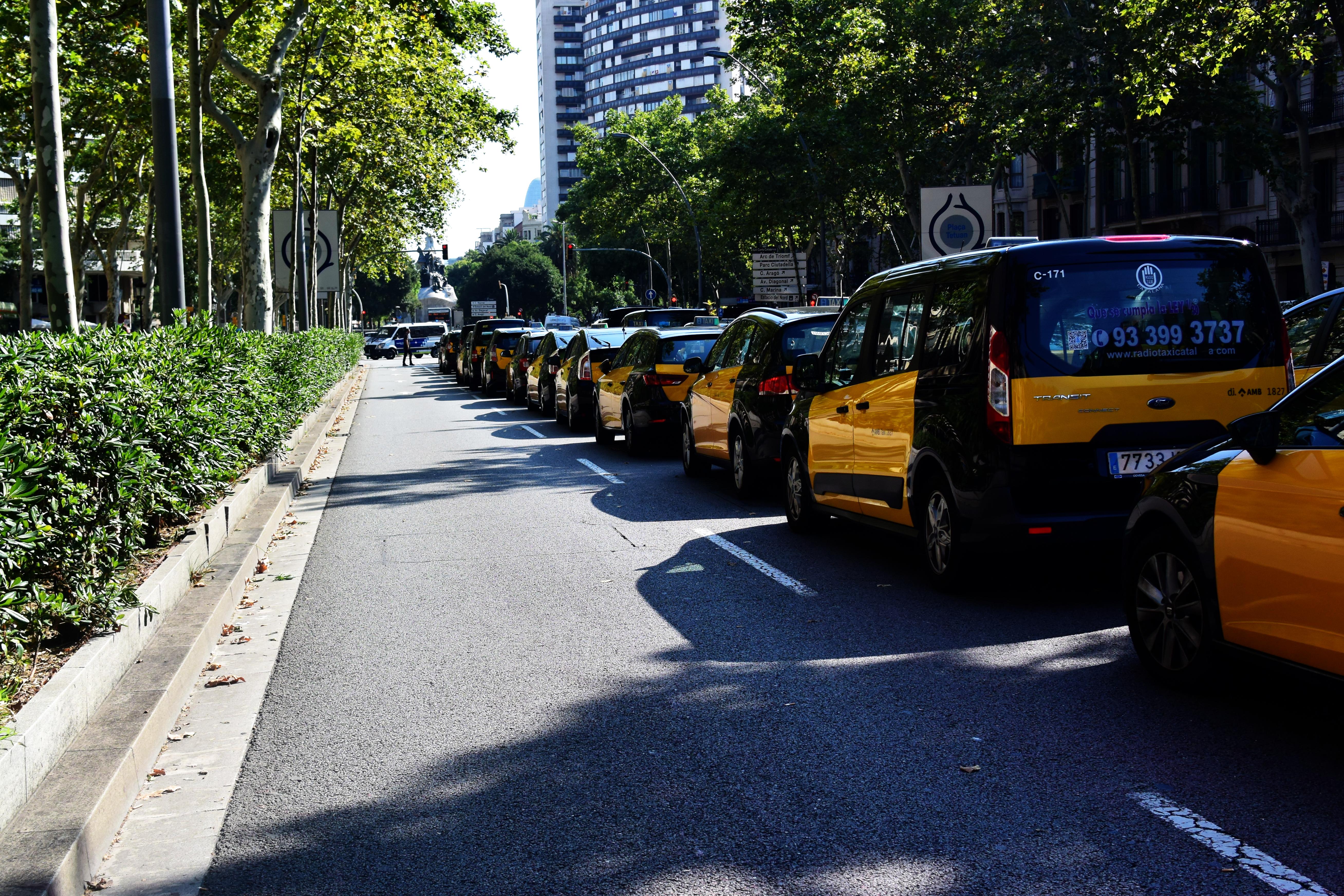 La concentració de taxis deixa circular pels vorals de Gran Via i Passeig de Gràcia. Foto: Tomeu Ferrer