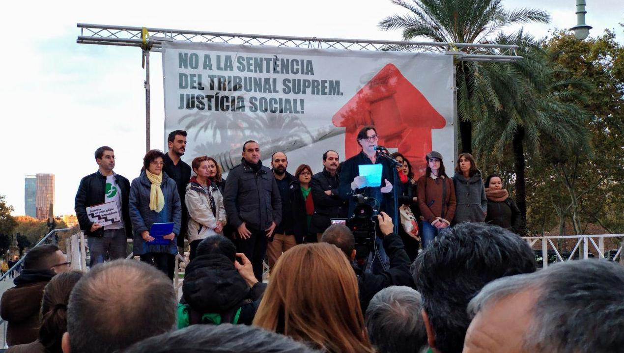 Entitats i sindicats denuncien en una concentració la parcialitat del Tribunal Suprem en favor dels poderosos