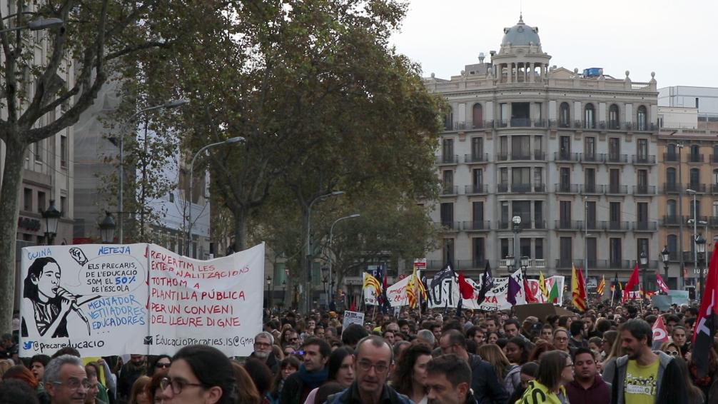 Imatge de la manifestació de docents, sanitaris, estudiants i treballadors públics a Plaça de la Universiat foto : Victòria Oliveres