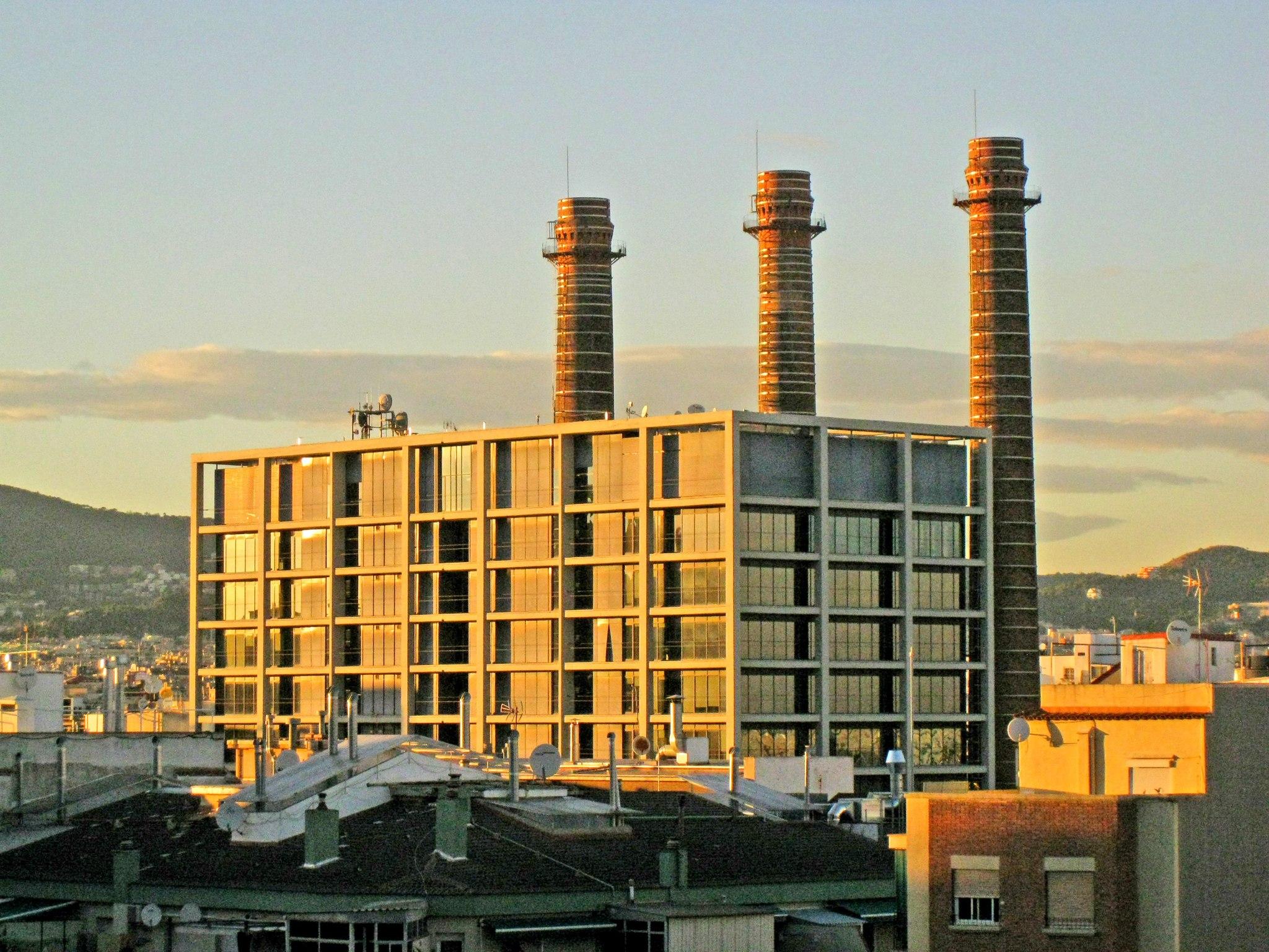 Edifici de les Tres xemeneies una de les plantes productores d'energia que tenia la Canadenca foto: Wkimedia