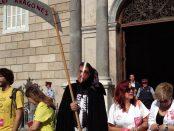 Una alegoria a la mort, amb una dalla amb el nom de la llei Aragonès ha presidit la concentració a plaça Sant Jaume foto Tomeu Ferrer